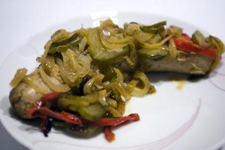 kiełbasa pieczona z warzywami