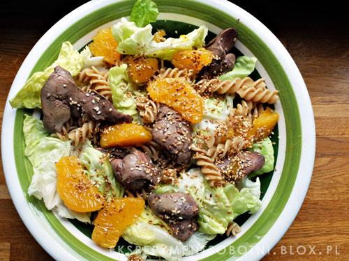 wątróbka drobiowa, sałata, pomarańcze, sezam