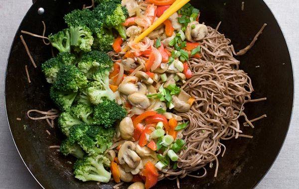 warzywa, wok, brokuły,pieczarki, papryka, stir fry,