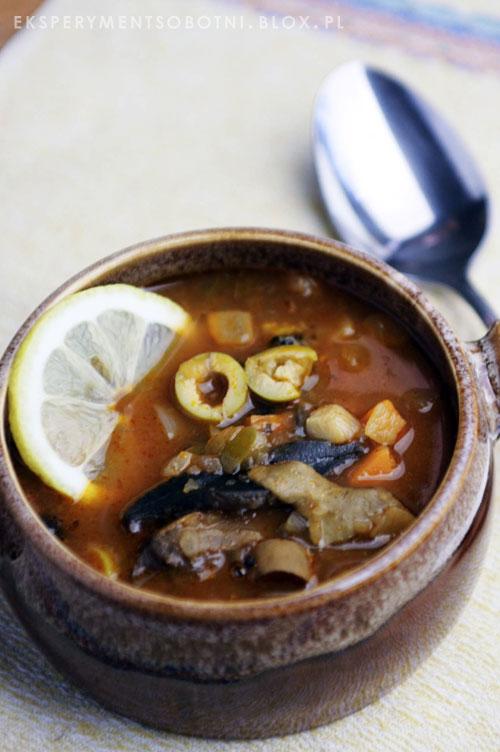 zupa na kaca, oliwki, grzyby marynowane, ogórki kiszone,