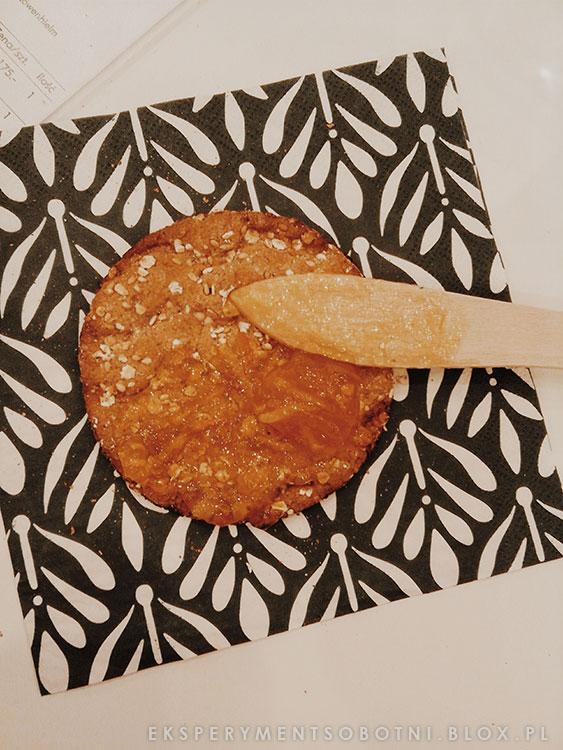 kuchnia szwedzka, dżem pomarańczowy, chrupki chleb,
