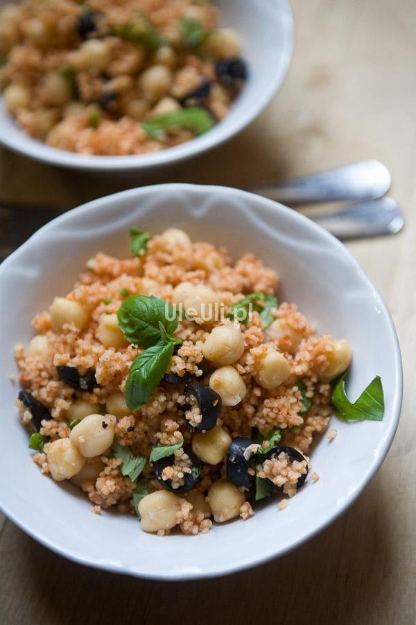 ciecierzyca, groch włoski, ciepła sałatka,czarne oliwki,